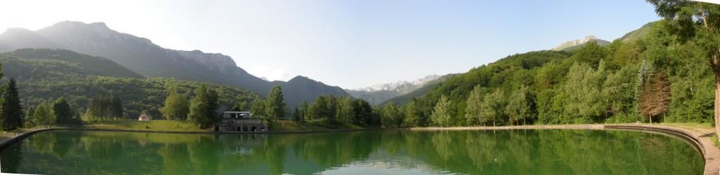 Panorama bazena u Tjentištu u Nacionalnom parku Sutjeska; cc-by-sa-3.0 - TheMiner