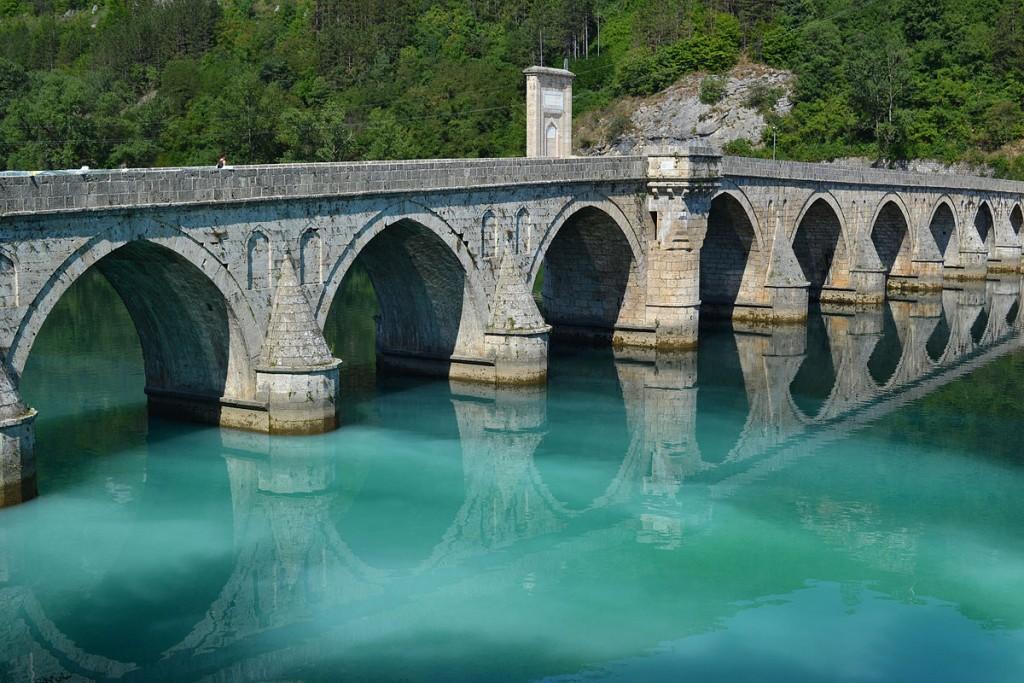 Мост Мехмед-паше Соколовића Аутор: Branevgd, cc by-sa 3.0 Викимедијина остава: https://commons.wikimedia.org/wiki/File:Mehmet_pasa_bridge_and_green_Drina_river.jpg